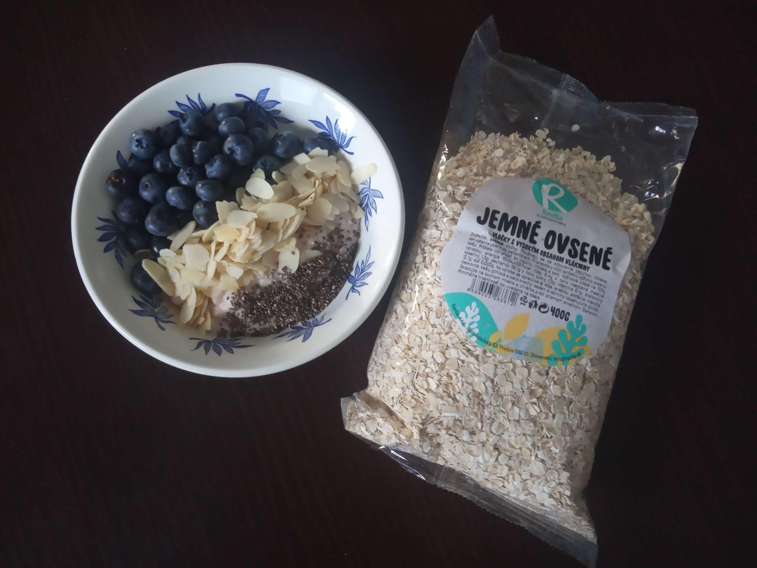 Proteínová ovsená kaša s čučoriedkami, mandľami a chia semienkami
