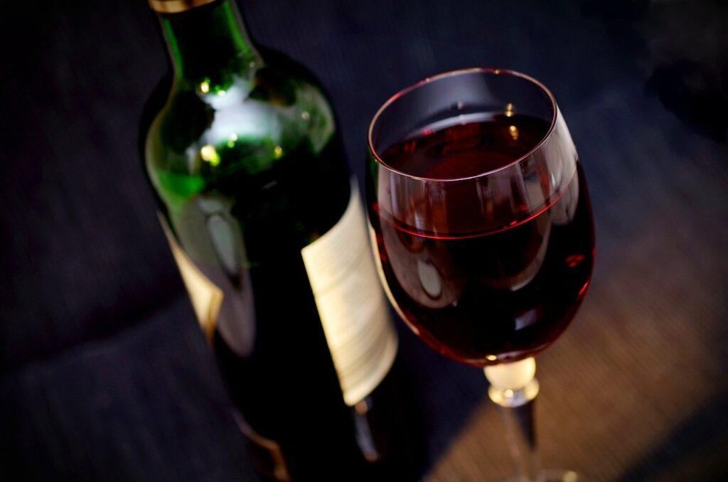 Pohár a fľaša červeného vína